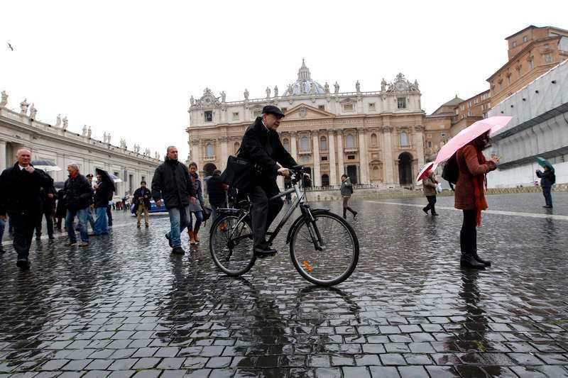 """Nu väntar alla på vit rök Franske kardinalen Philippe Barbarin cyklar hem genom Vatikanen efter ett möte inför valet av ny påve i helgen. I morgon kommer han och de andra cirka hundra deltagande kardinalerna att samlas i vad som kallas konklaven i Sixtinska kapellet för att utse nästa påve. Enligt traditionen ska kardinalerna """"låsas in"""" i kapellet tills valet är klart och en ny påve har utsetts."""