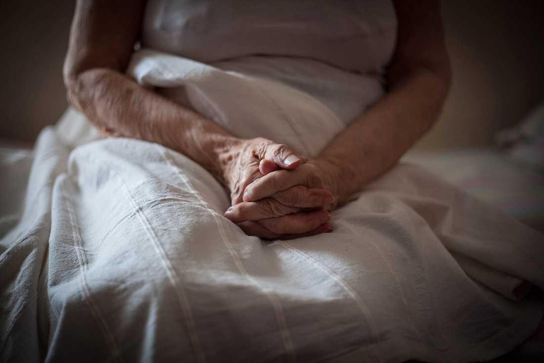 Två anställda på Attendos boende ska vårda 50 äldre, varav många demenssjuka, under nätterna på hemmet.