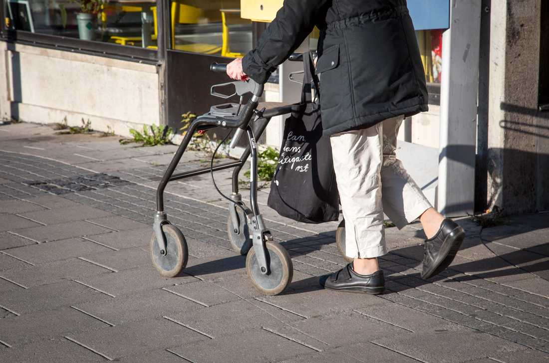 Äldre i riskgruppen trotsar Folkhälsomyndigheten, enligt Aftonbladet/Demoskop
