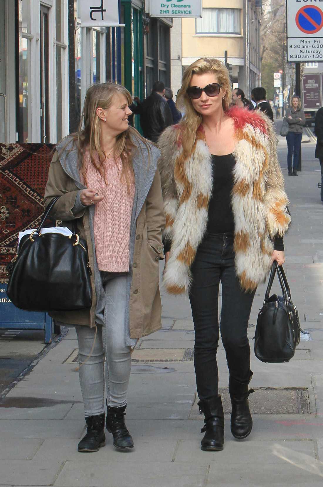 Supermodellen från England gillar att försvinna in i en stor jacka. Kate Moss, 37, bar denna färgklick när hon strosade i Noting Hill.