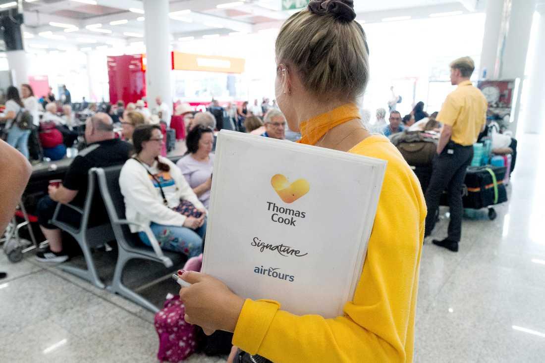 Personal i Spanien vägleder resenärerna.