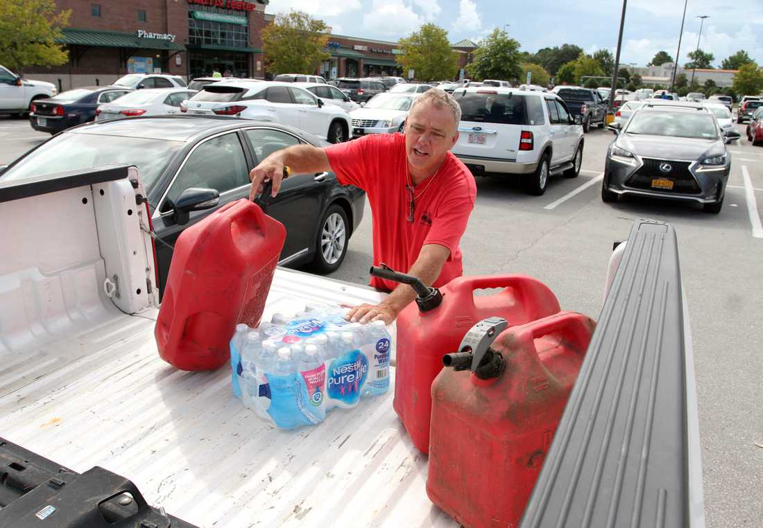 Robert Barker från New Bern i North Carolina bunkrar upp med förnödenheter i sin Jeep inför Florence ankomst.
