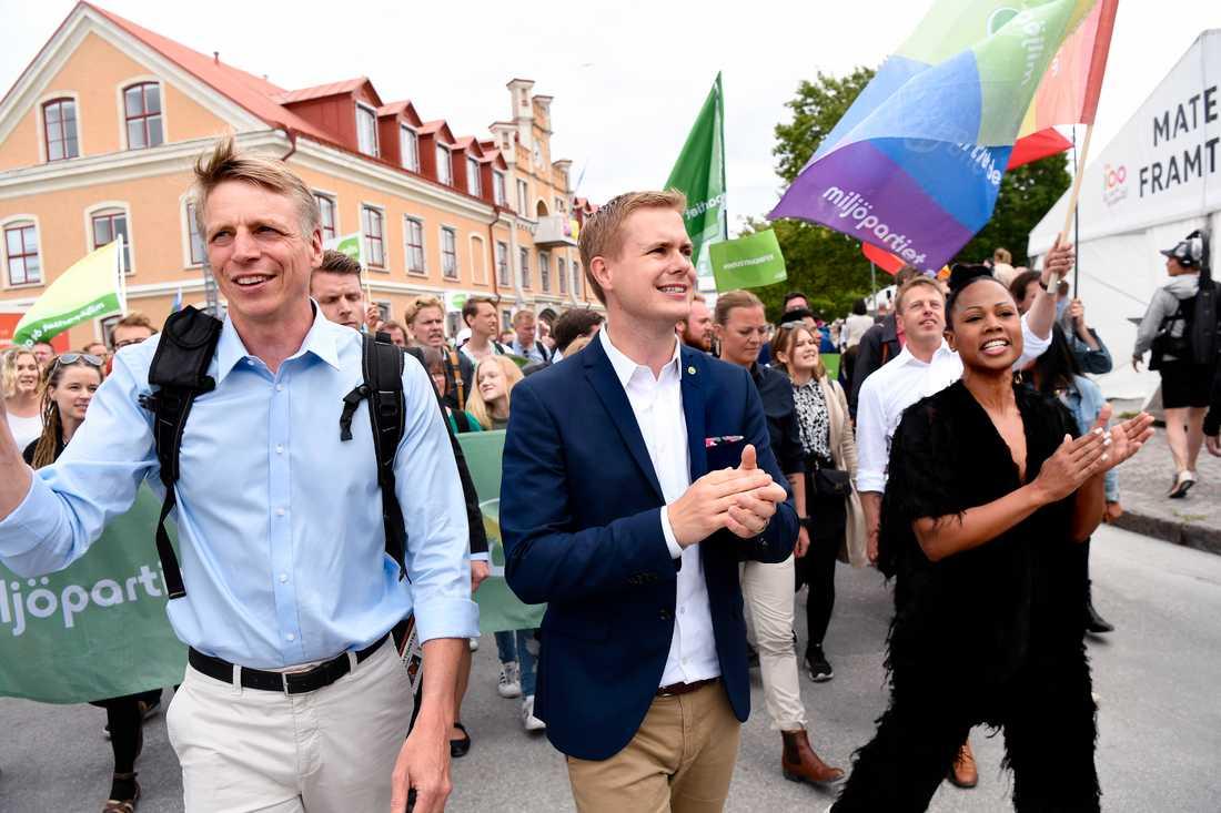 Flera ministrar bland annat Per Bolund, Gustav Fridolin och demokratiminister Alice Bah Kuhnke deltog i en mångfallsparad mot nazistiska NMR i Visby på fredagen.