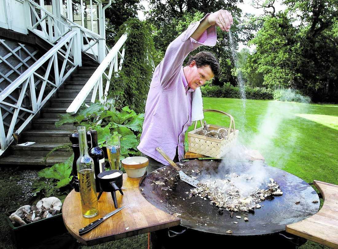 STOLT JÄGARE Aftonbladet gick på svampjakt med skådespelaren och kocken Per Morberg – och plötsligt stod de bara där i kohagen: tjogtals med stolt fjällskivling. Per Morberg blev rent lyrisk av doften medan korgarna fylldes med svampen – 30 liter.