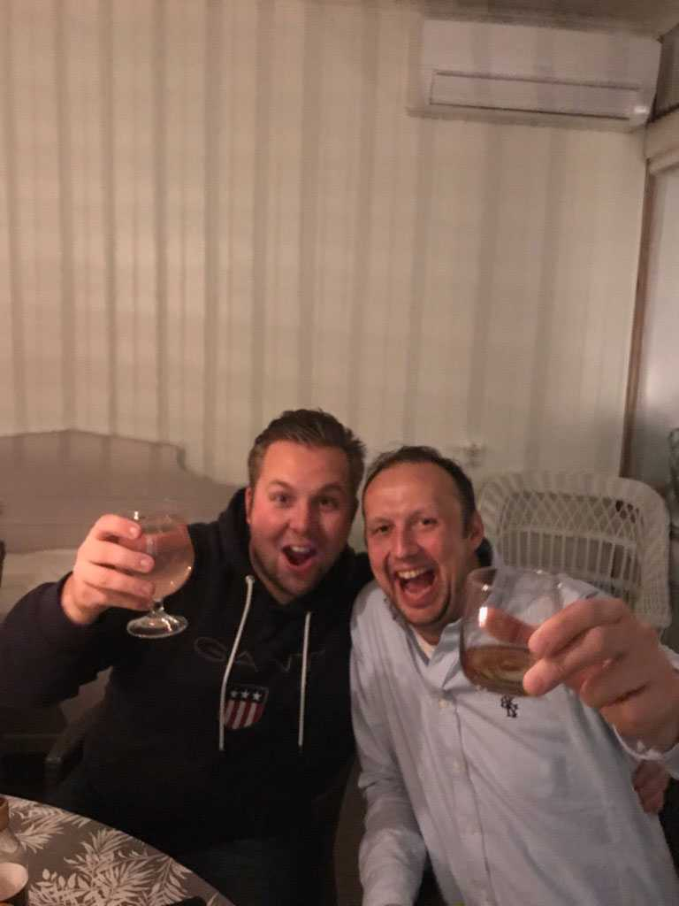Stefan Arvidsson (till höger) och vännen Krister Dolk (till höger) firar storvinsten på V75.
