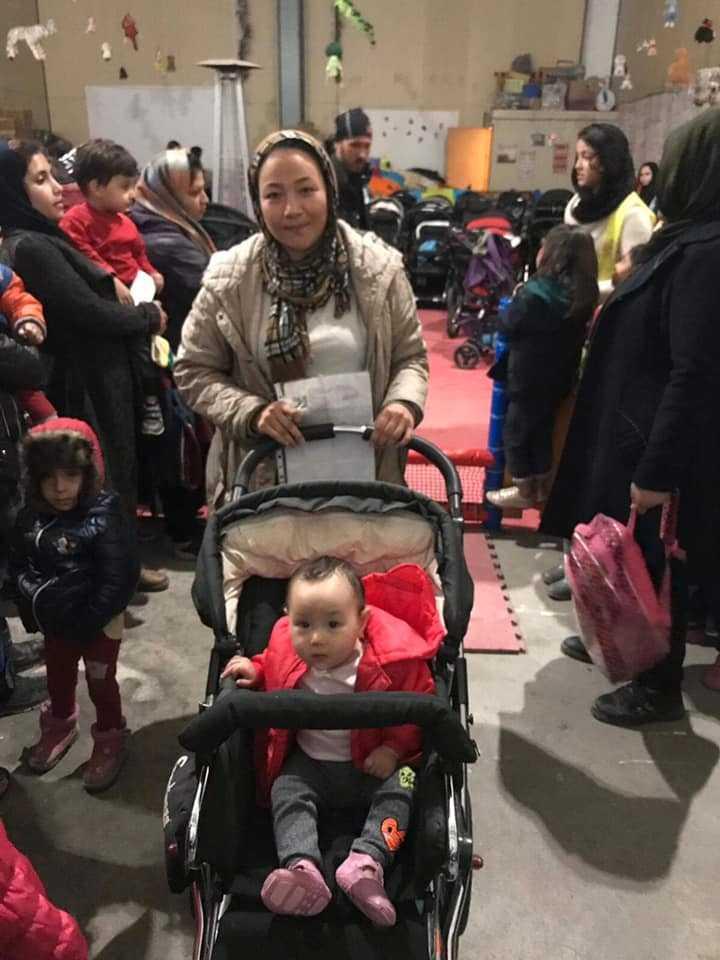 Tacksamma mammor tar emot barnvagnarna i flyktinglägret.