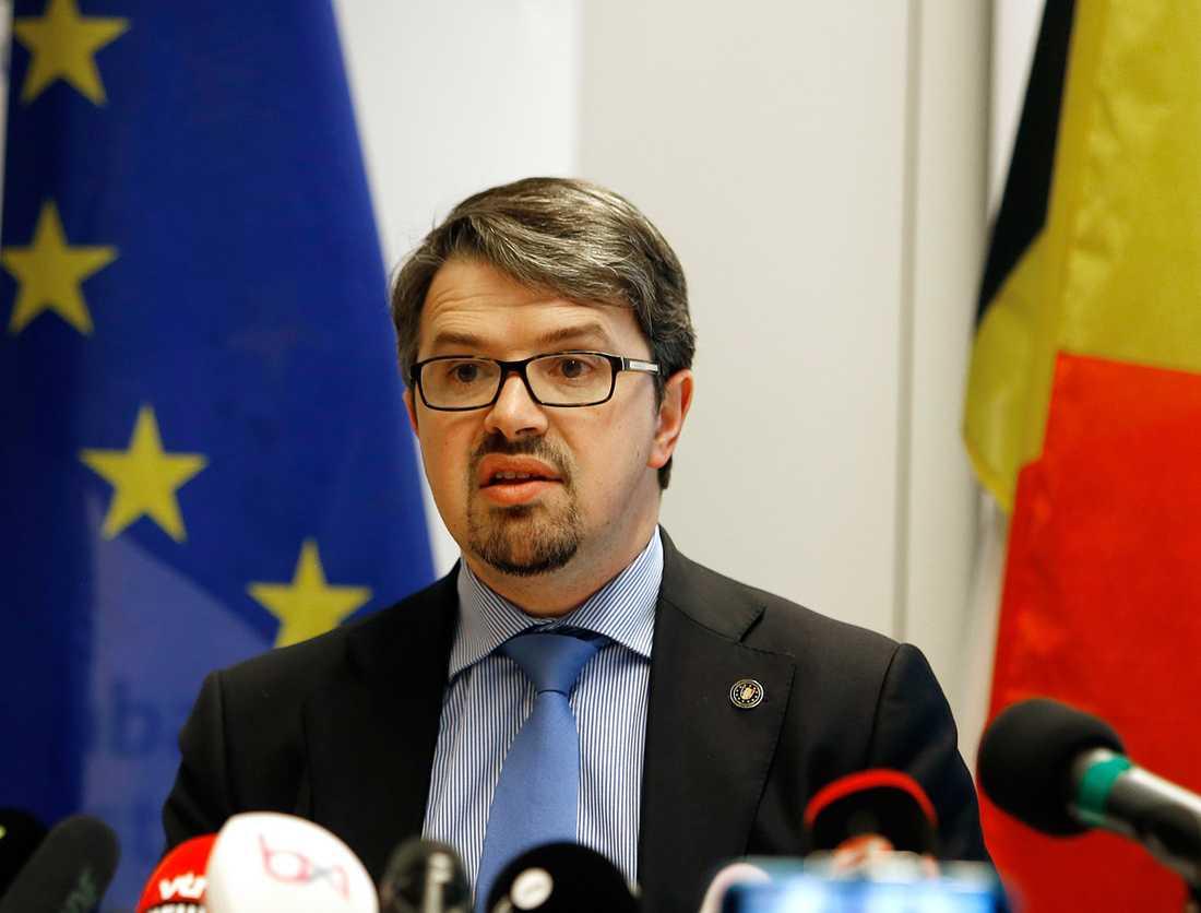 Riksåklagaren Frederic Van Leeuw vid presskonferensen.