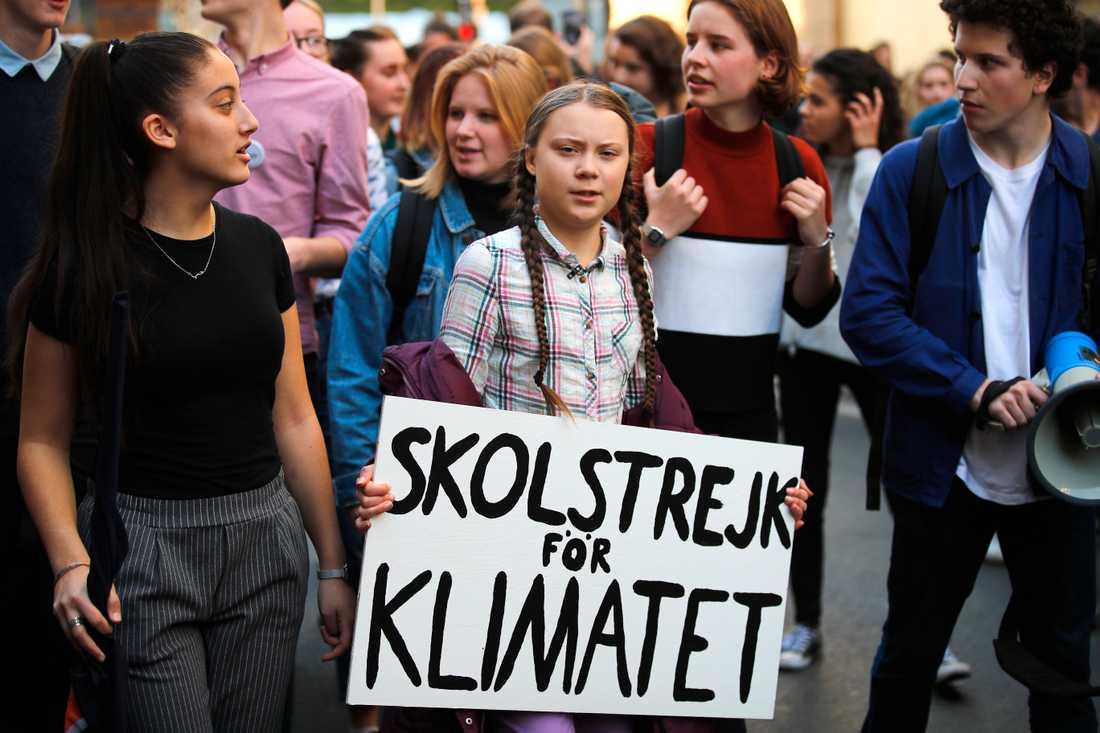 Den svenska klimataktivisten Greta Thunberg leder en grupp franska studenter i en protestmarsch i Paris i februari 2019.