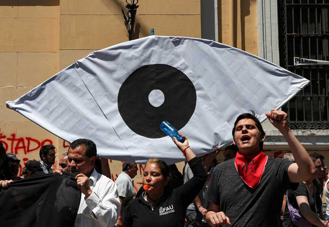 Regeringskritiska demonstranter protesterar mot polisens användning av hagelammunition i förra veckan.