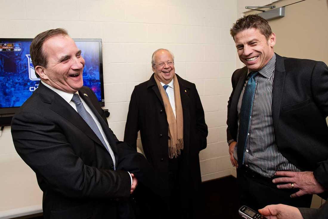 Statsministern passade också på att hälsa på assisterande tränaren  i New York Rangers, backlegendaren Ulf Samuelsson.