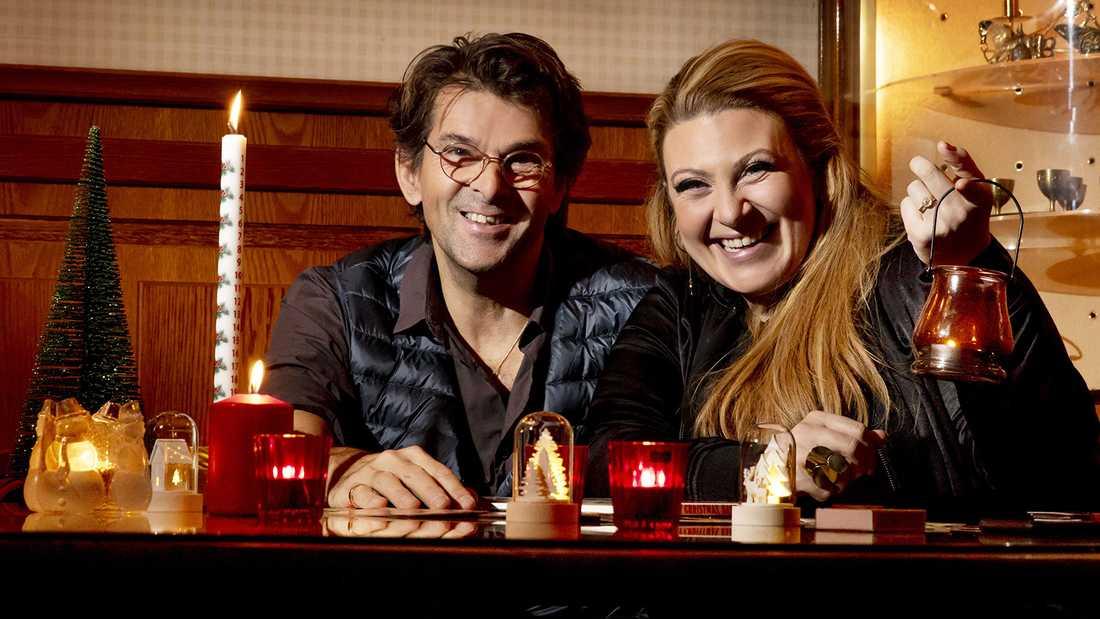Niklas Strömstedt och Sarah Dawn Finer tänder ljus med musiken i vintermörkret.