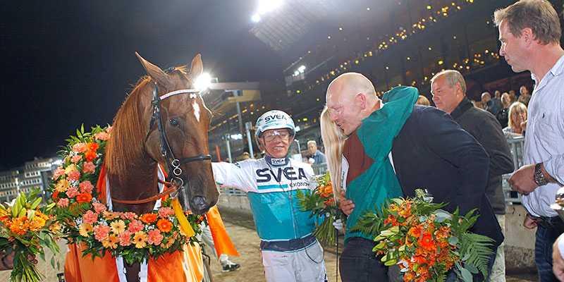 Mats Sundin kramar om skötaren till Nimbus, efter segern i miljonloppet Jubileumspokalen, 2015.