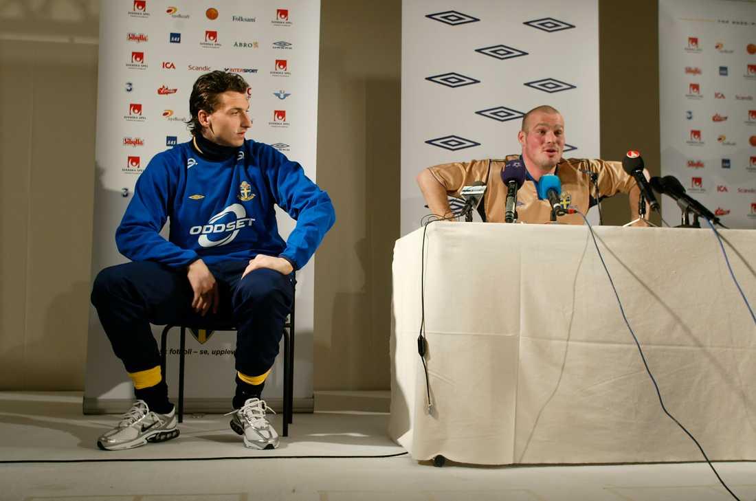 Zlatan Ibrahimovic tittar långt efter Fredrik Ljungberg på en presskonferens 2004.