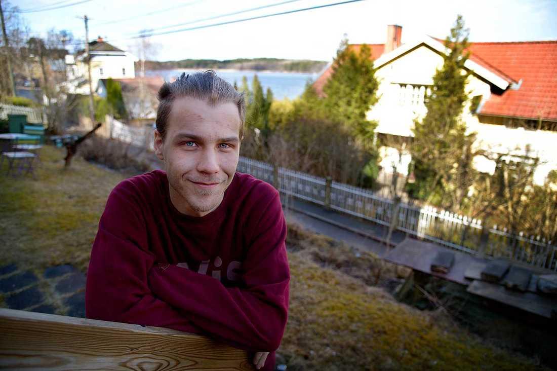 """""""Vi skämtar om att vi bor i borgarnästet. Det är ganska vitt på den här gatan"""", säger Simon Svensson, som bor vid Pettersbergsvägen i Mälarhöjden."""