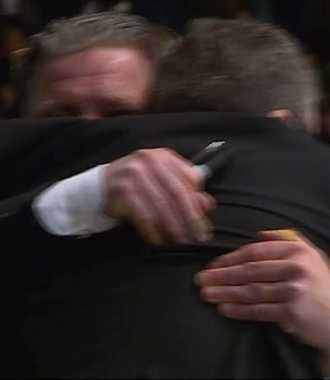 Per Hånberg kramar om assisterande tränaren Torbjörn Karlsson.