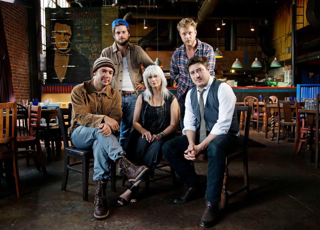 Mumford & Sons tillsammans med EmmyLou Harris.