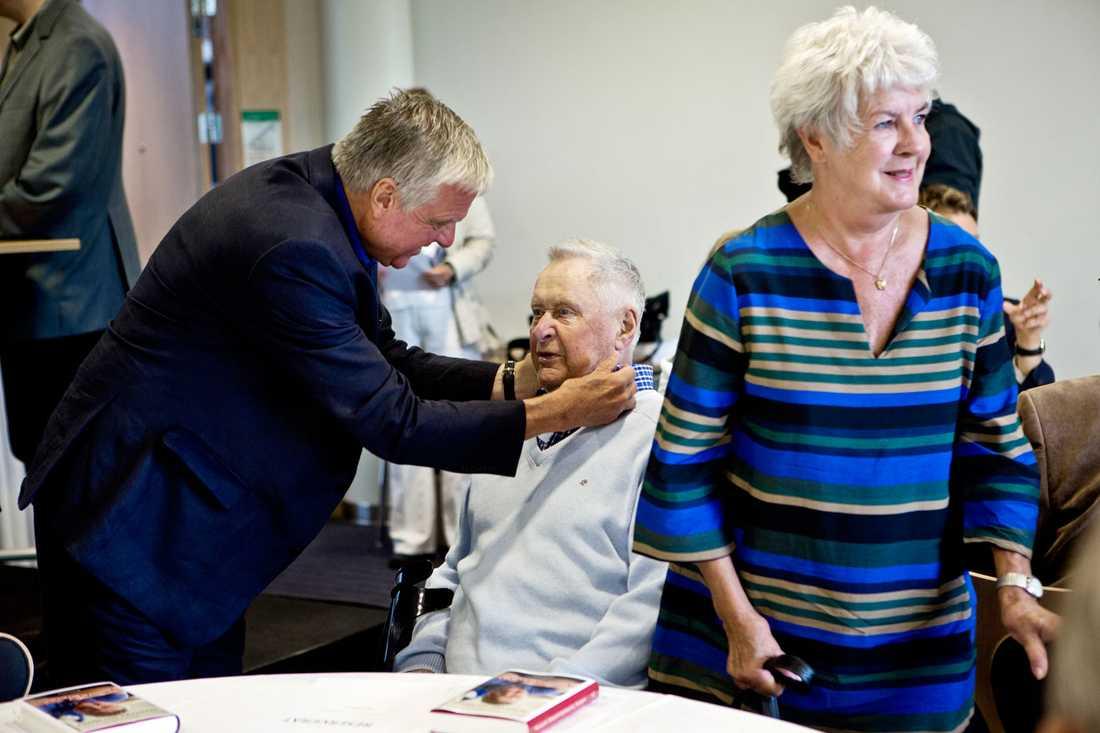 LIVSLÅNG VÄNSKAP Livslånge vännen Tommy Engstrand besökte Lars-Gunnar Björklund på sjukhuset sedan 75-åringen blivit svårt sjuk. På bilden även hustrun Lena Björklund.