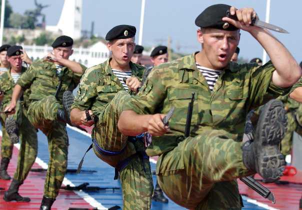 En bild från 2011 visar hur soldater från ryska specialstyrkan i Svarta havet genomför en övning.