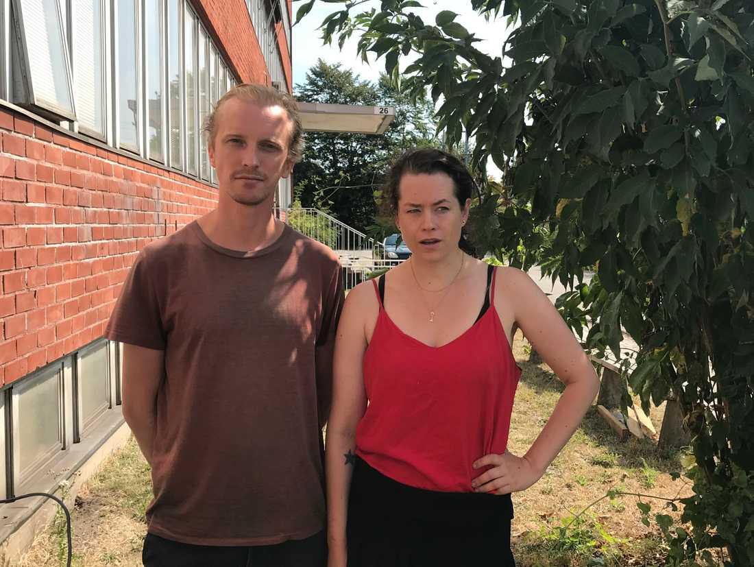 """Det sommarfräscha värdparet för veckans """"Stormens utveckling"""" poserar mellan en byggnad och ett buskage, troligen i södra Sverige."""
