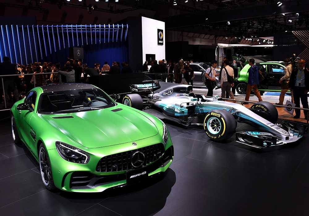 Mercedes-AMG GT R (t v) Mercedes F1-bil (t h) syns återigen i Tokyo. Mercedes AMG är en tvåsitsig sportbil där tekniken är hämtad från formel 1-bilen med 1,6-liter V6 ackompanjerad av fyra elmotorer.