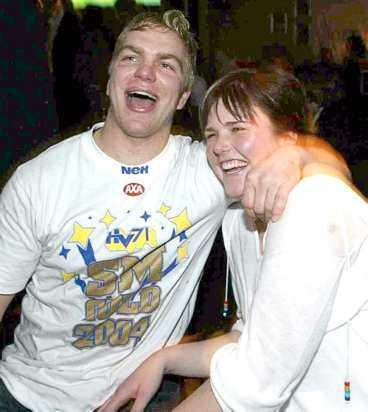 HV:s norrman Per-åge Skröder kramdes och jublade med sin flickvän Cathrine.