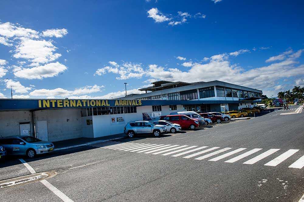 Carl-Philip och Sofia landade på flygplatsen på Fiji...