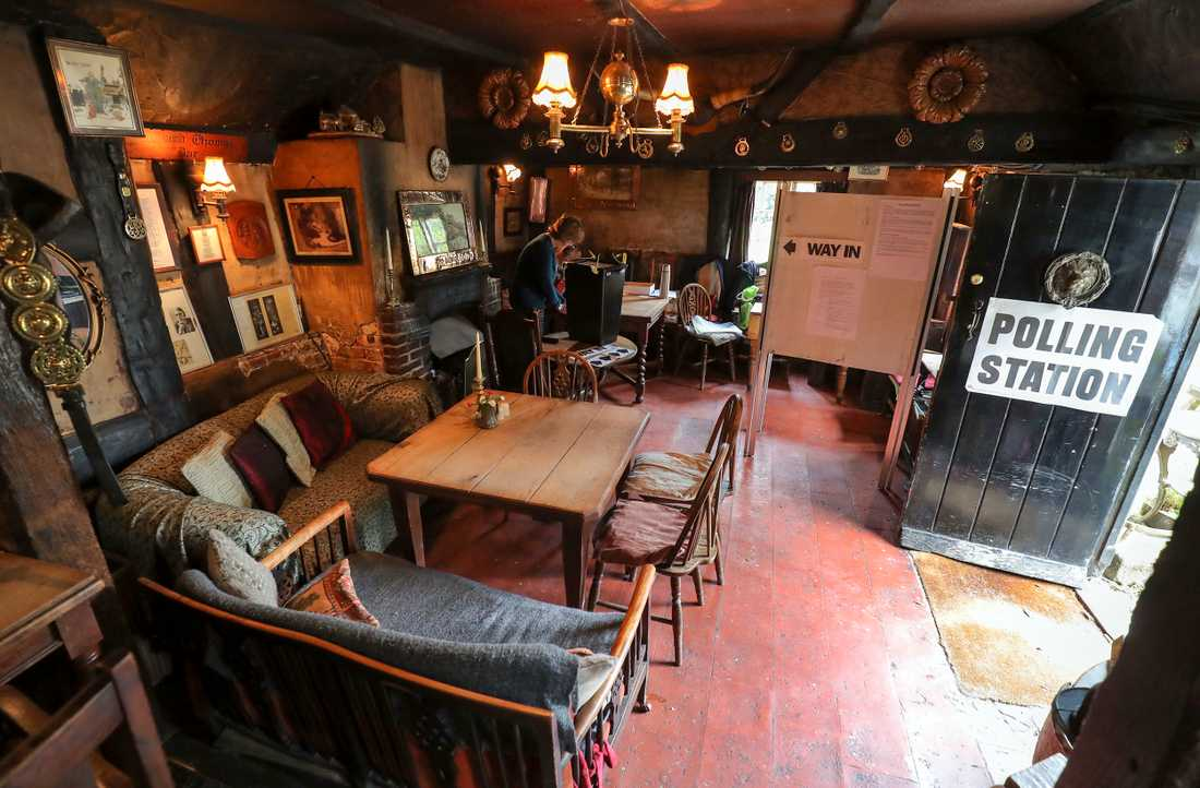 "Puben White Horse Inn i Priors Dean, Hampshire, även känd som ""Puben utan namn"" görs om till vallokal."