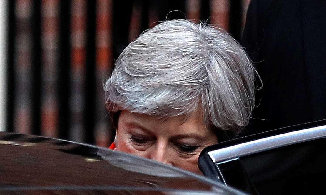 Theresa May lämnar valvakan i London.