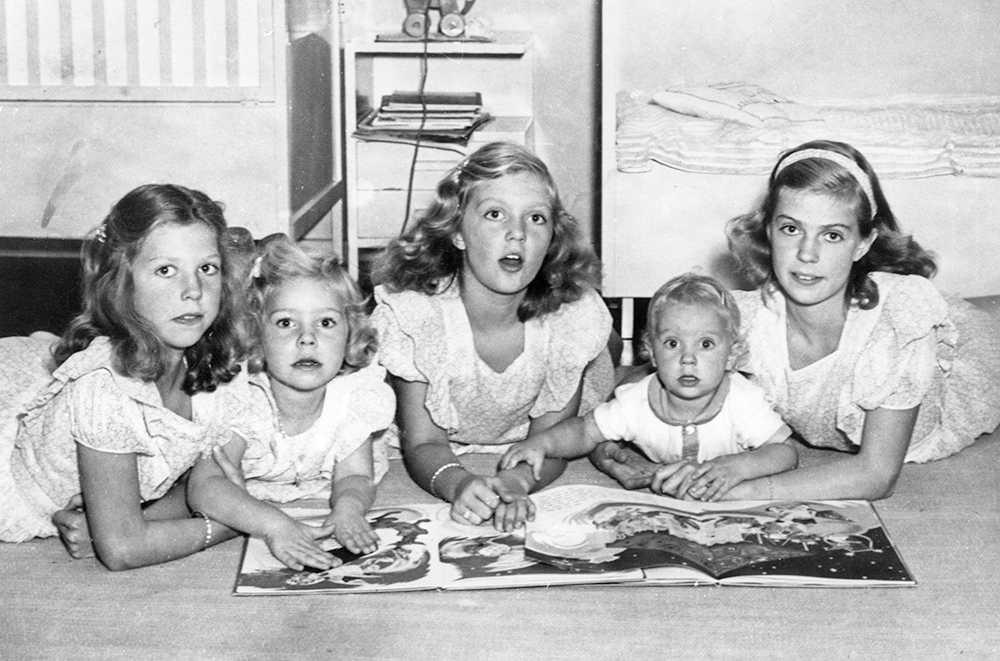 De fem Hagasessorna och lillprinsen Carl Gustaf.