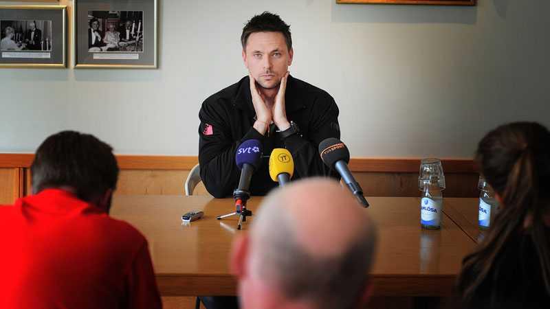 Söderling under presskonferensen.