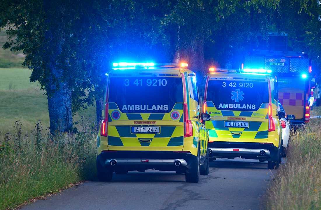 En ung man dog och en man i 35-årsåldern fördes till sjukhus.