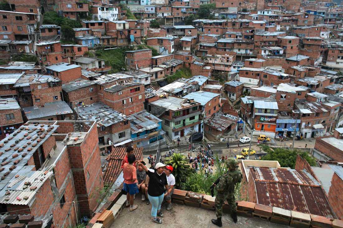 En soldat patrullerar i en av Medellíns fattiga bostadsområden.