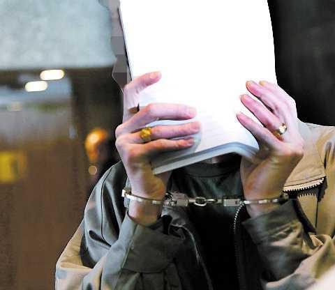 De misstänkta männen när de förs in i Södertälje tingsrätt under rättegången.