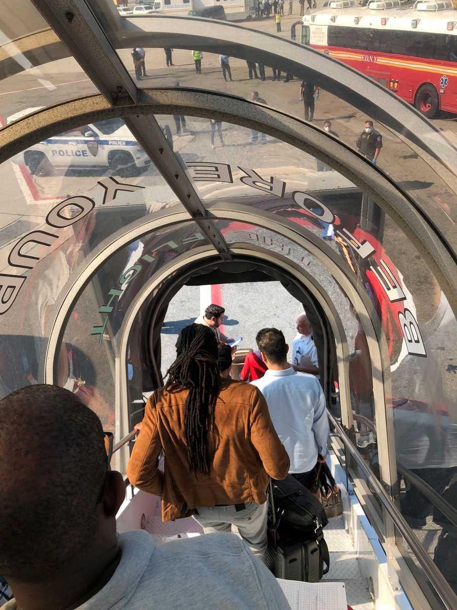 Alla andra passagerare fick lämna planet efter att de som insjuknat tagits om hand.