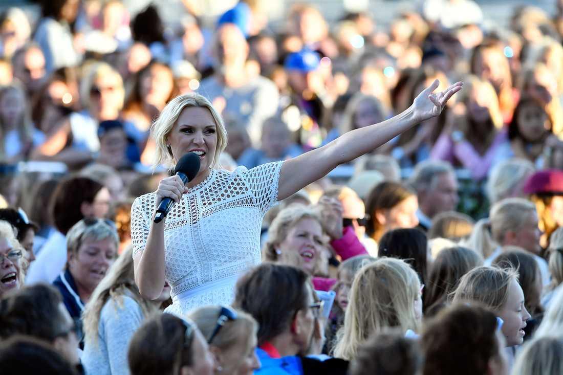 Sanna Nielsen hyllade allsångsledarkollegan Bosse Larsson.