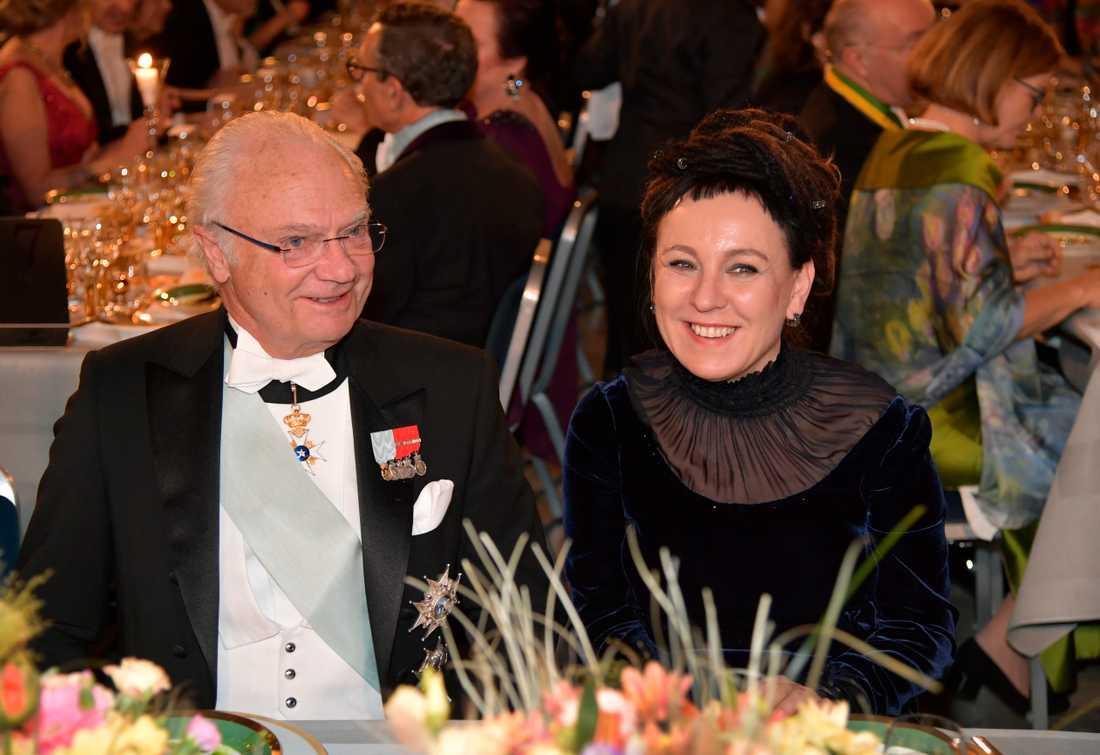 Kung Carl XVI Gustaf och litteraturpristagaren Olga Tokarczuk under Nobelbanketten i Stockholms stadshus.