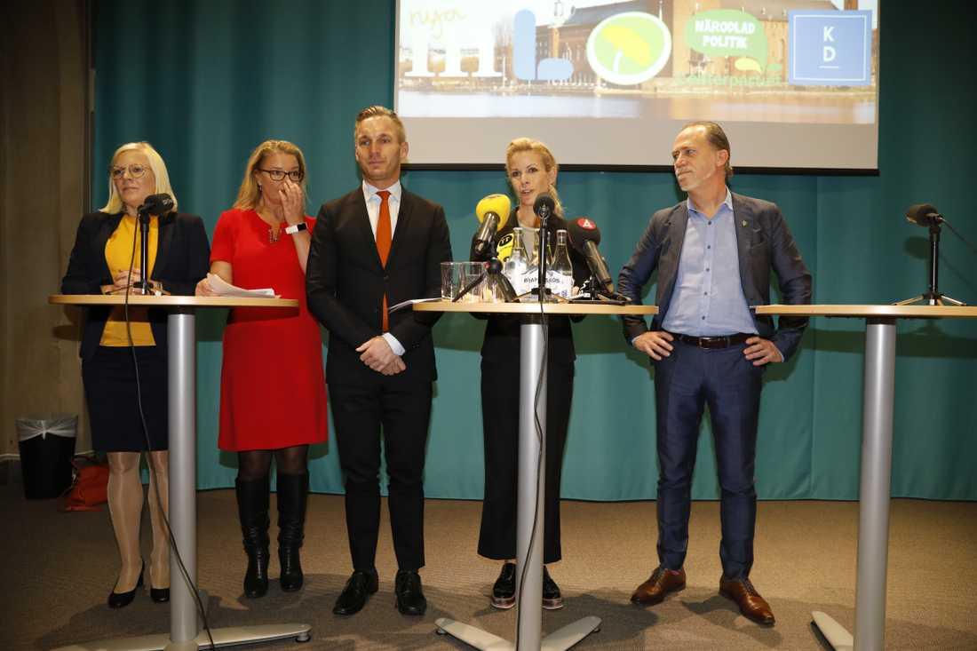 Centerpartiets gruppledare Karin Ernlun, Liberalernas gruppledare Lotta Edholm, Kristdemokraterna gruppledare Erik Slottner gruppledare, Moderaternas Anna König Jerlmyr och Miljöpartiets Daniel Helldén.