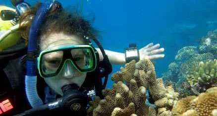 """Lorena Grubisic fick dyka i Stora Barriärrevet i filmen """"Expedition Linné"""". Och se skadorna på korallerna."""