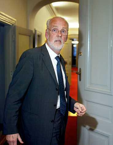 SEMESTRADE MED REGERINGSPLANET Ministrarna Jan O Karlsson och Thomas Bodström stannade i Grekland ett dygn extra tillsammans med sina fruar efter ministermötet. Och lät regeringsplanet vänta. Notan för det extra dygnet skickades till Flygvapnet.