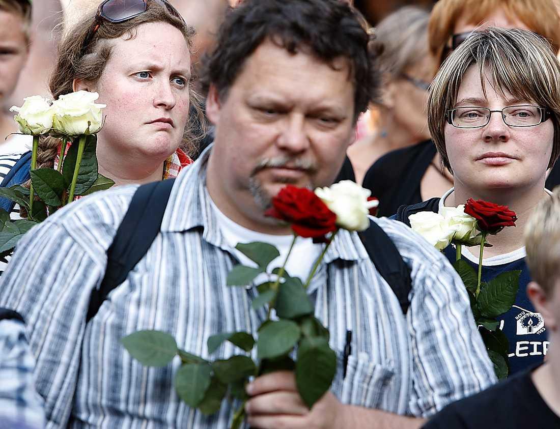 Många i folkhavet på Sergels torg höll en röd och en vit ros i handen.