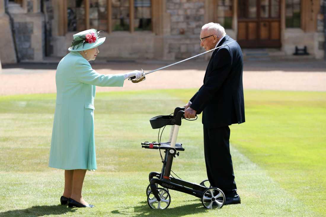 Drottning Elizabeth II dubbade Thomas Moore i en ceremoni på slottet Windsor den 17 juli. Arkivbild.