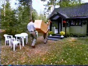 BÄRS IN När bilen stannat känner Erik hur lådan lyfts och bärs uppför en trappa och in genom en dörr. Där ställs lådan ner.