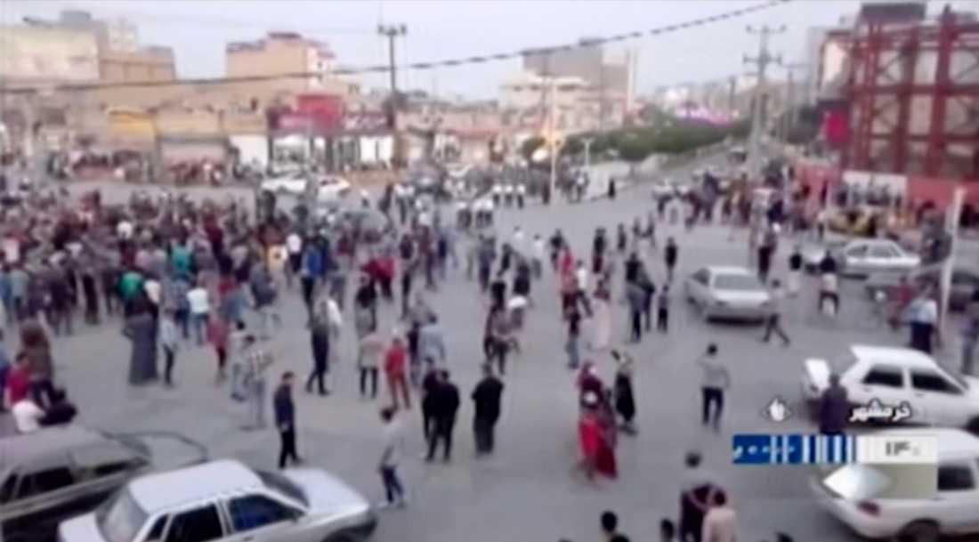 Samtidigt kommer uppgifter från den halvstatliga nyhetsbyrån Isna om att tre ur Irans säkerhetsstyrkor dödats.