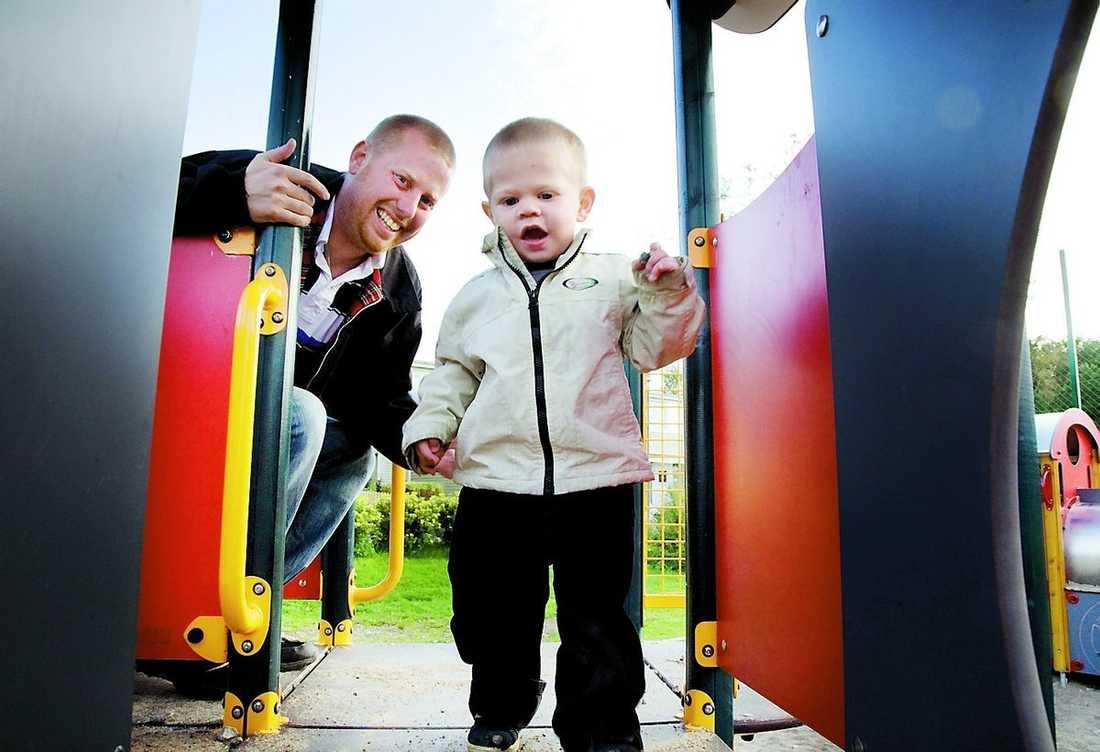 Lille Emil håller pappa Fredrik sysselsatt i lekparken.