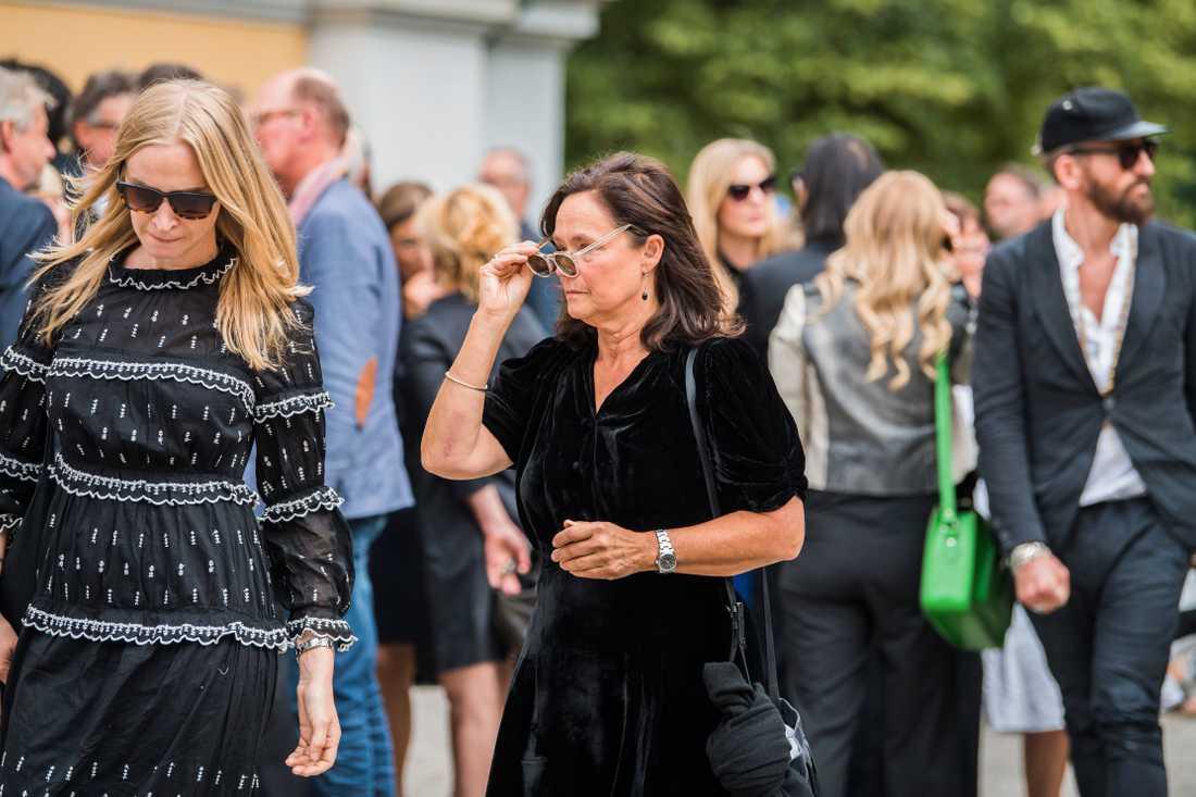 Vera Vitali och Pernilla August var på plats på Michael Nyqvist begravning.