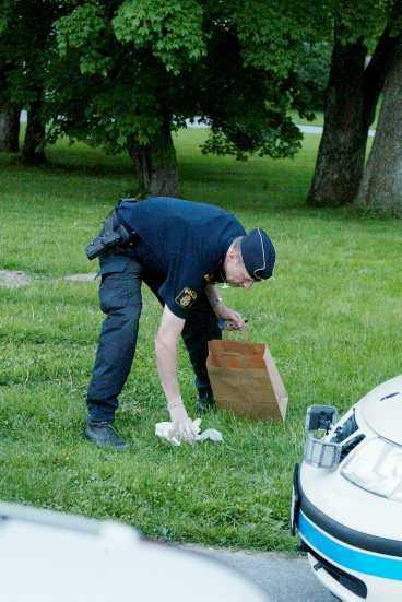 Polisen säkrade spår på brottsplatsen i slottsparken.