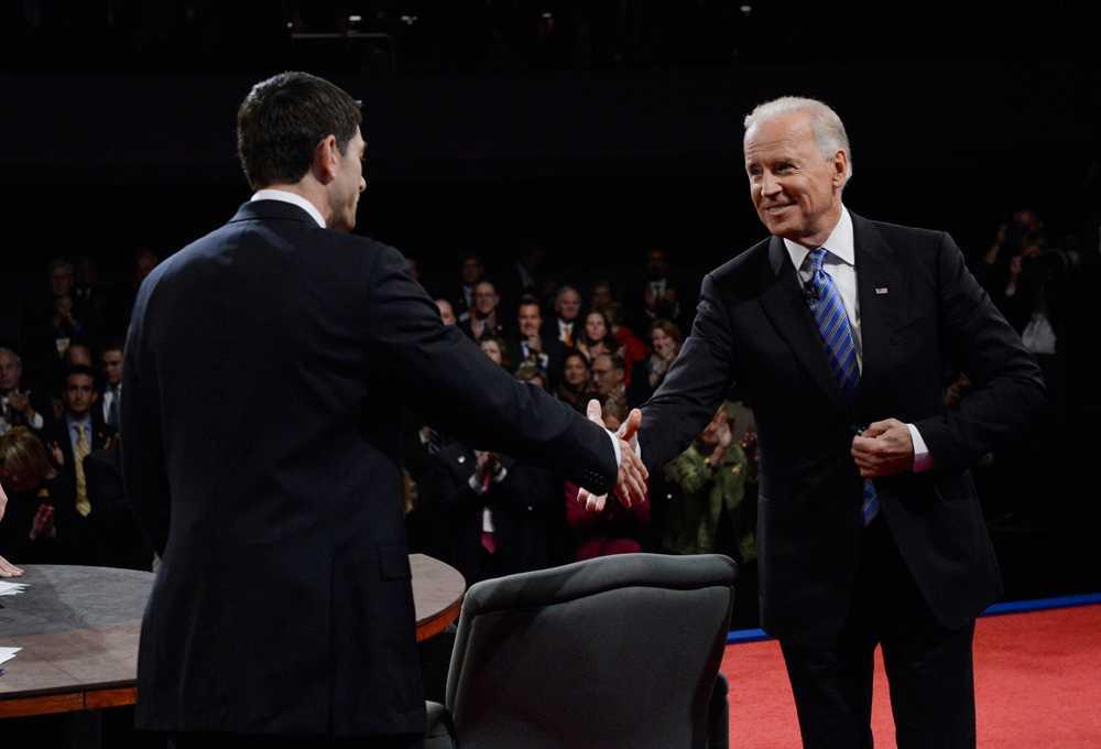 Paul Ryan och Joe Biden skakar hand efter debatten.