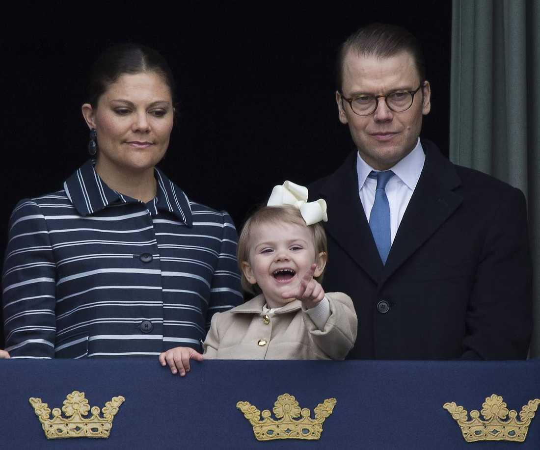 Prinsessan Estelle var busig och glad på morfar kungens födelsedag 2014.