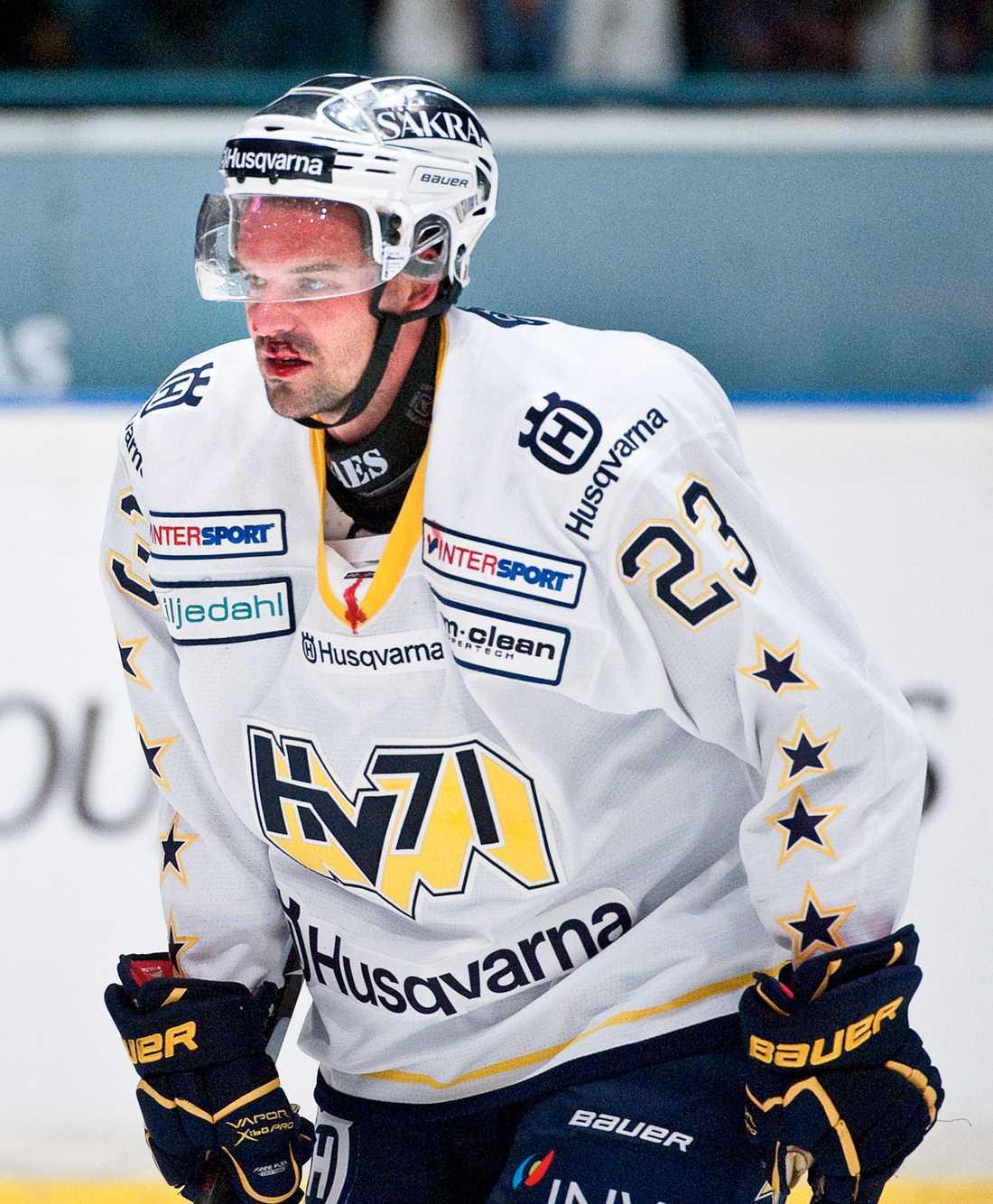 Fredrik Bremberg är bänkad för andra matchen i rad i kväll. Stjärnvärvningen, som enligt uppgifter kostar tio miljoner kronor för två säsonger, har hittills blivit en flopp för HV 71.