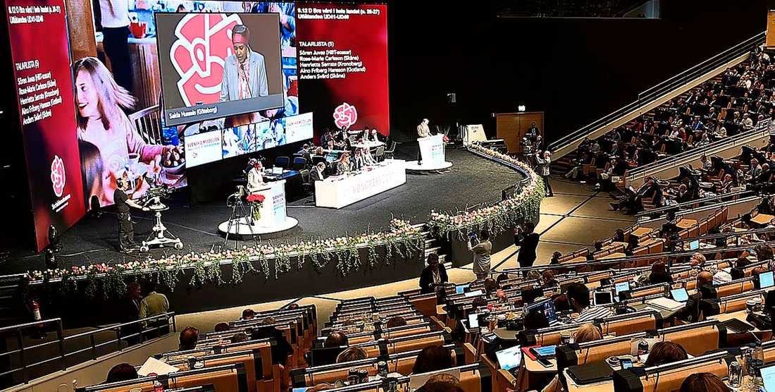För första gången någonsin har motioner från medlemmar stoppats när Socialdemokraterna samlas för partikongress i Örebro i helgen. Kjell Östberg ser ett arbetarparti i kris som hellre duckar än tar tag i de svåra frågorna.